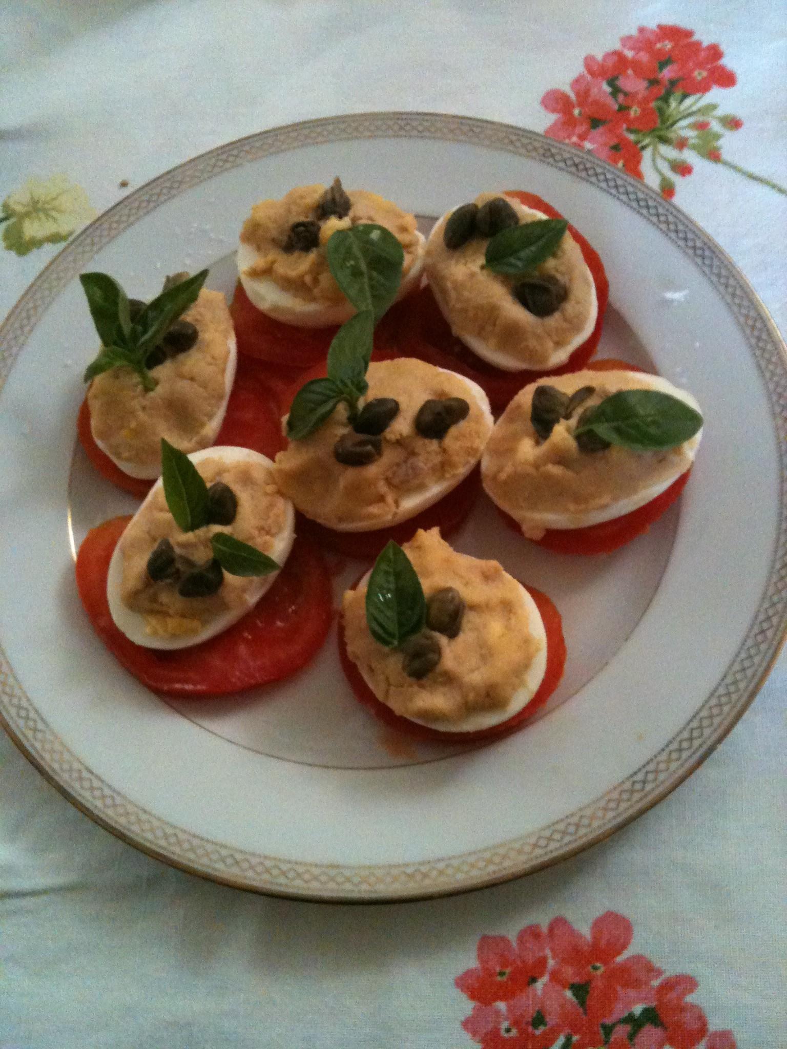 uova con salsa tonnata, pomodori e capperi